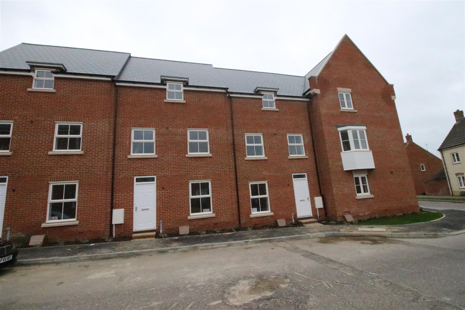 4 Bedrooms Terraced House for sale in Dyson Road, Redhouse, Swindon